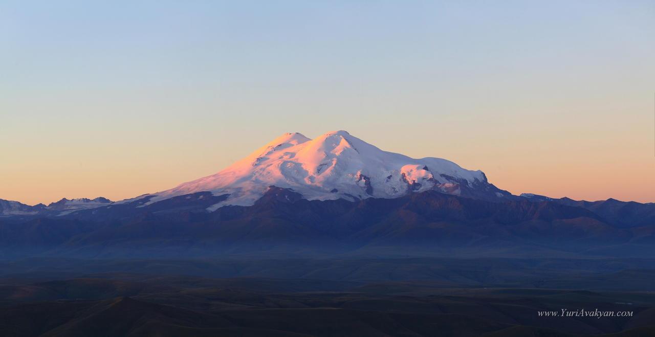 Эльбрус на рассвете - вид с плато Бермамыт