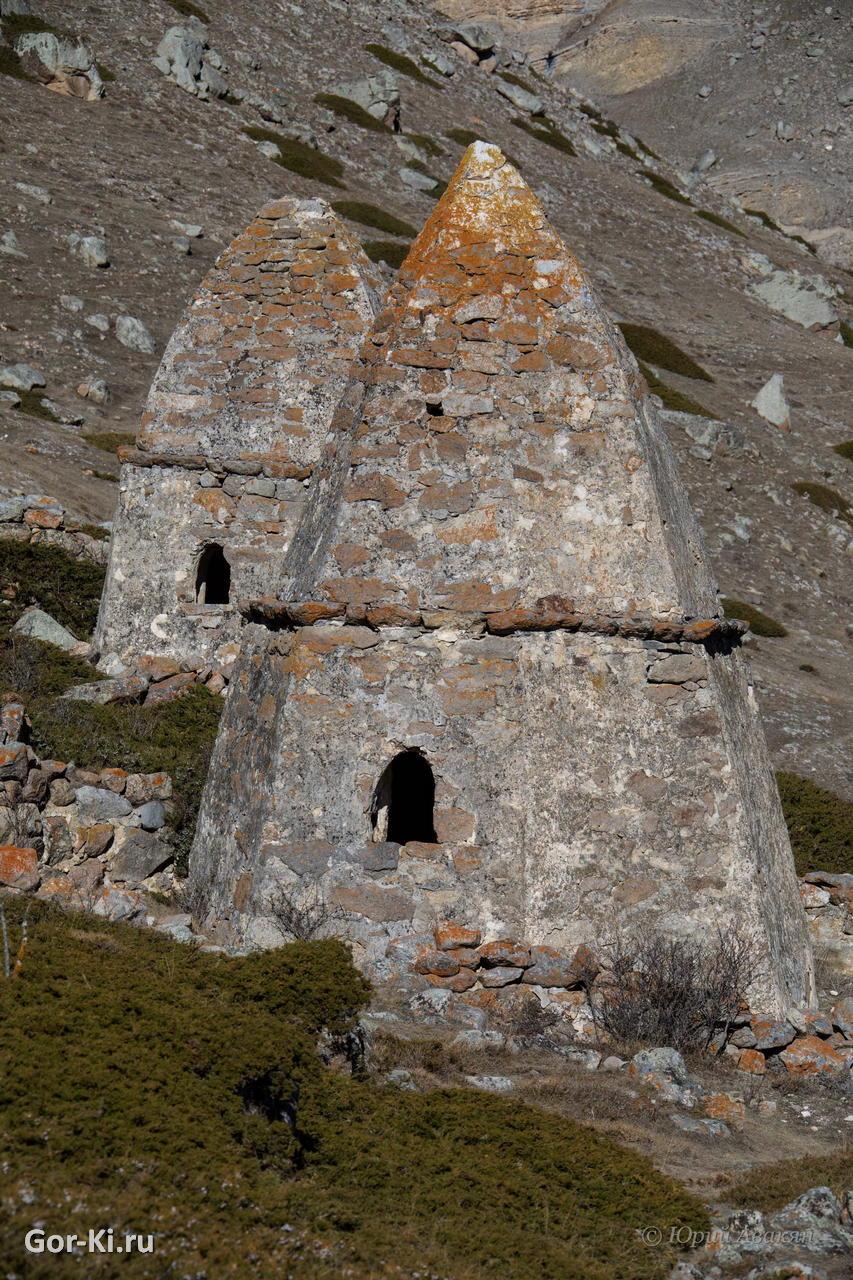 Селение Эль-тюбю, средневековые склепы